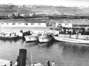 frontul de est 1944. submarin legat la cheu 2 vedete romneti n prora lui i nava de salvare albatros la sevastopol